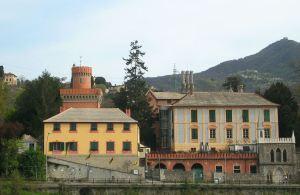 Il complesso di Villa Serra visto dal torrente Secca